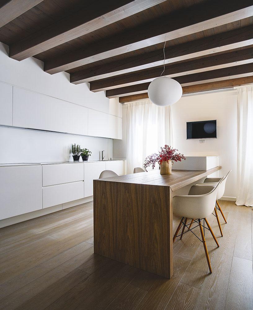 Cucina laccata bianco con penisola realizzata su misura