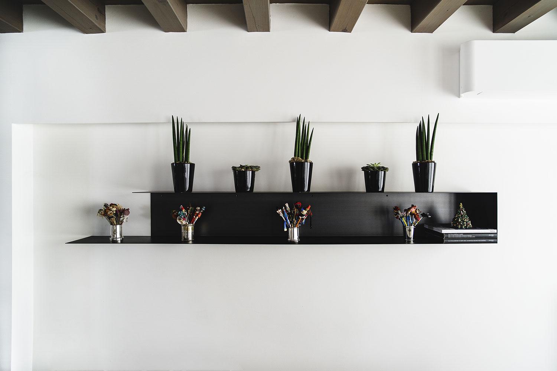 Particolare mensola minimalista in metallo